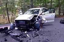 Po střetu dvou automobilů v Brzicích jedno z vozidel blokovalo provoz na komunikaci a druhé skončilo mimo silnici.