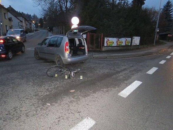 Řidič osobního vozidla jedoucí ve směru z centra zřejmě při odbočování vlevo přehlédl protijedoucího cyklistu a srazil jej na silnici.