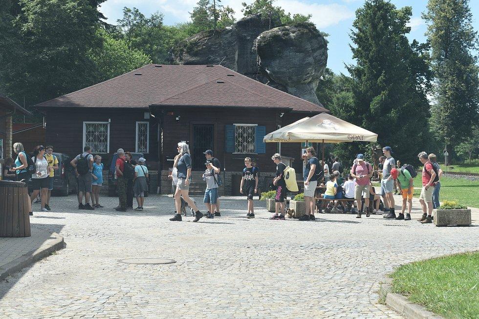 Když se zaplní parkoviště a vyprodají časová návštěvní okna, tak mají výletníci bez rezervace smůlu. Výhodou systému ale je, že na prohlídkovém okruhu ve skalách je mnohem méně lidí, než bylo v návštěvnicky exponovaných dnech v minulých letech.