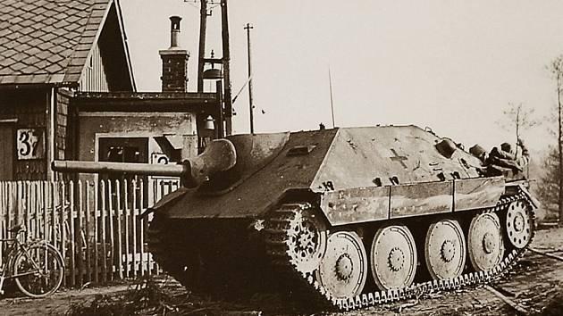 HISTORICKÝ SNÍMEK zničeného samohybného děla SS u železniční zastávky Běloves z května 1945.