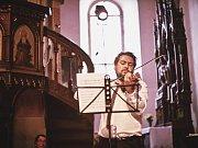 Hudebníci Matouš Pěruška a Václav Mácha vystoupili v sobotu 29. července na pátém koncertu festivalu Za poklady Broumovska, který rozezněl kostel Nanebevzetí Panny Marie v Polici nad Metují.