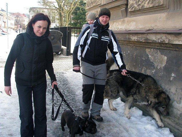 Sáčky na psí exkrementy používají i Alexandra Bohuňková a David Matyska.