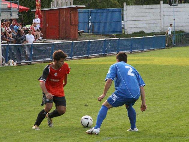 Jedna z nových akvizic v náchodsko–deštenském dresu  Petr Kudrna se snaží zamotat hlavu jednomu z živanických hráčů ve středečním přípravném utkání, které Náchod vyhrál 1:0.