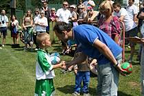 Předseda Okresního fotbalového svazu Náchod Petr Vítek předával drobné ceny mladším přípravkám v Zábrodí,