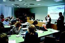 ČESTNÉ UZNÁNÍ MĚSTU BROUMOVU (na snímku dole) převzala v úterý z rukou ministra životního prostředí Martina Bursíka broumovská starostka Libuše Růčková (s mikrofonem).