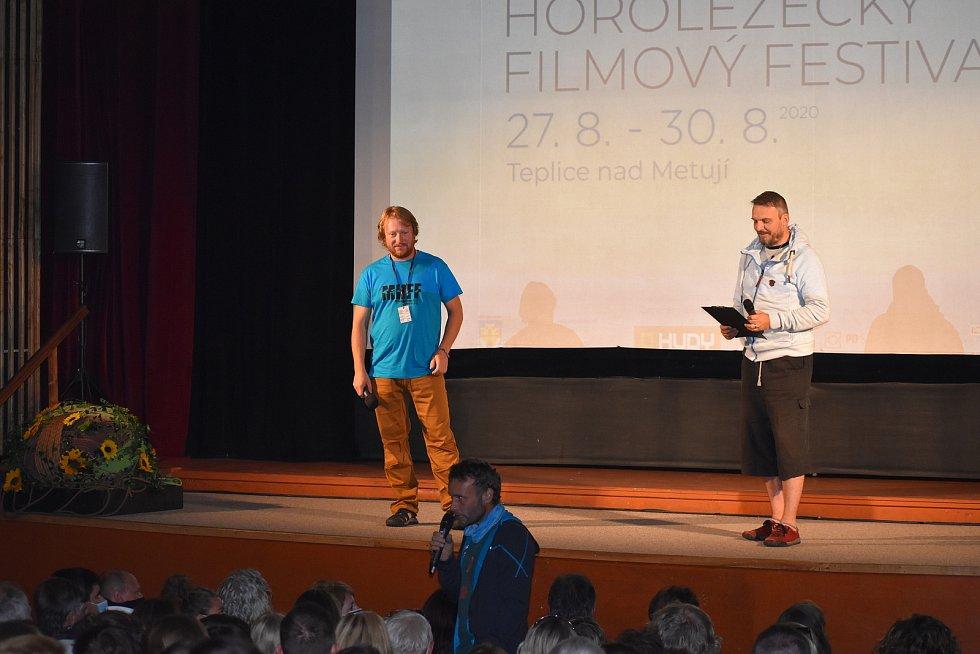 """Už druhým dnem žije město pískovcových skal Mezinárodním horolezeckým filmovým festivalem. Ten přináší 21 filmů a besedy se špičkovými lezci a dalšími lidmi """"od hor"""". Největší svátek vyznavačů lezení letos poctí svou účastí i nejlepší světový sportovní le"""