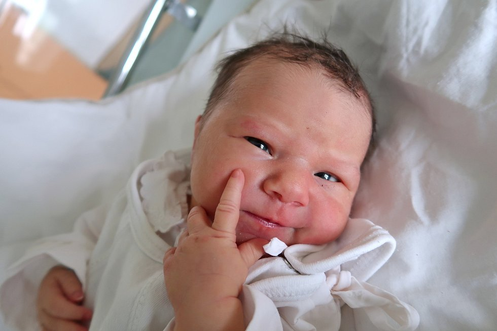 Veronika Kozová z Hořiček je na světě! Narodila se v pondělí 23. září 2019 v 17,03 hodin, vážila 3020 gramů a měřila 48 centimetrů. Rodiče se jmenují Veronika a Vladimír Kozovi. Na sestřičku se těšili sourozenci Aleš (9 let) a Pavla (7 let).