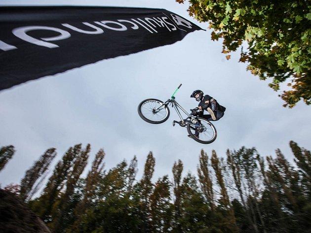 Novoměstský skatepark opět ožil. Místní sdružení zde pořádalo další bikerské závody nazvané Fall Bye Jam.