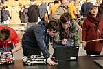 Jakub Foglar (vlevo) a Filip Hejzlar (vpravo) při úpravách svého robota.