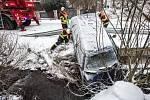 Osobní automobil skončil v korytě potoka