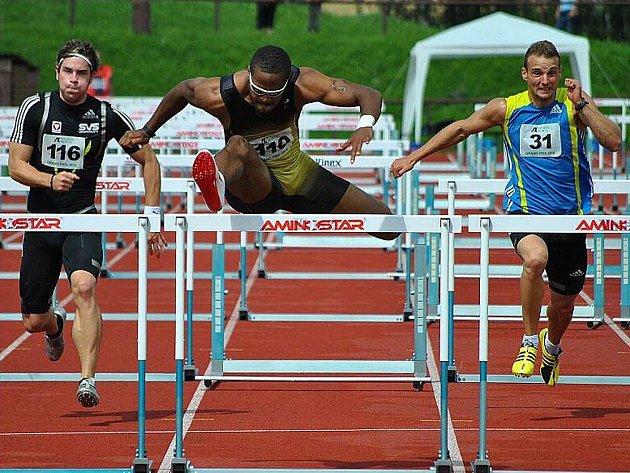 Američan Jeff Porter (uprostřed) zaběhl v Novém Městě v silném protivětru 110m překážek za 13,80.