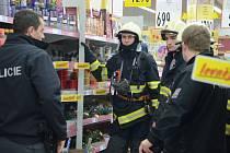 Na Štědrý den krátce před polednem zažili zákazníci i zaměstnanci Kauflandu doslova šok, když opilý cizinec odpálil zábavní pyrotechniku. Na místo přijeli hasiči i policisté.