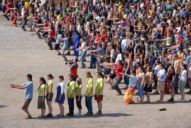 Skauti se v Jaroměři pokusili překonat rekord v tanci.
