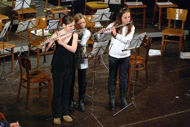 Žáci ZŠ soutěžili při výchovném koncertu.