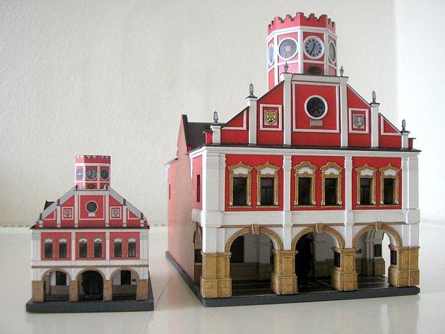 Předlohou pro vítězný model měsíce byla polická radnice.