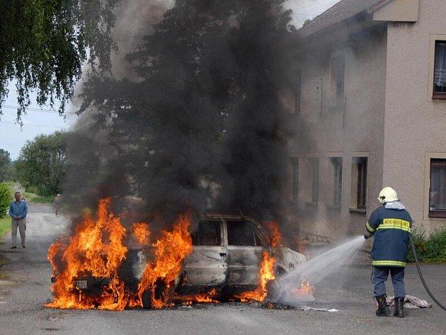 Požár automobilu ve Vrchovinách, pondělí 20. července.