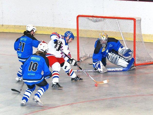 Hokejbalisty NA Rangers Hronov (v bílém) čeká dnes od 14 hodin ve Wikov aréně loňský vítěz z Poličky.