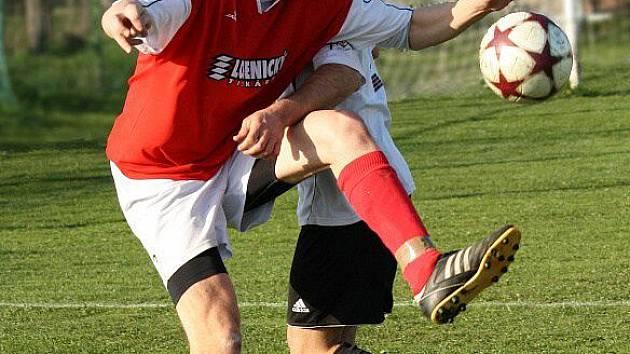Novoměstký Jakub Vít se snaží za asistence hráče hradecké Lokomotivy zpracovat těžký míč.