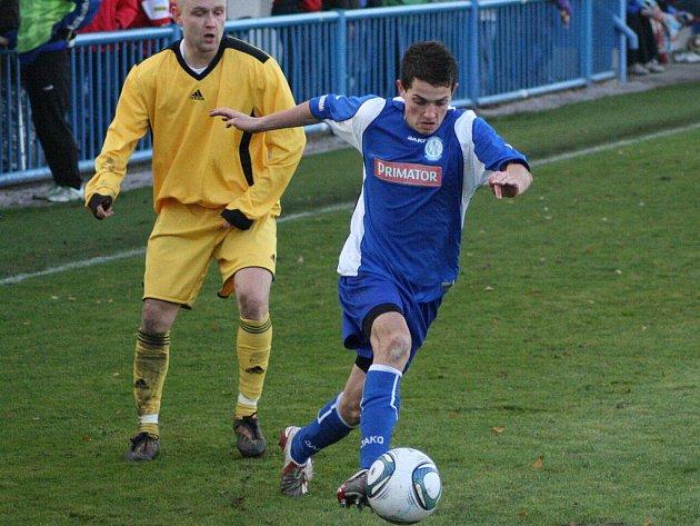Zásluhou domácího hráče Simona (v modrém) se nakonec v Bělovsi zrodila remíza 1:1.