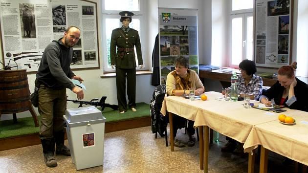 Petr Cvikýř dorazil do božanovského okrsku jen pár chvil  před vypršením volebního času. Vhodil svůj hlas do volební urny  pak hned došlo n sčítání hlasů.