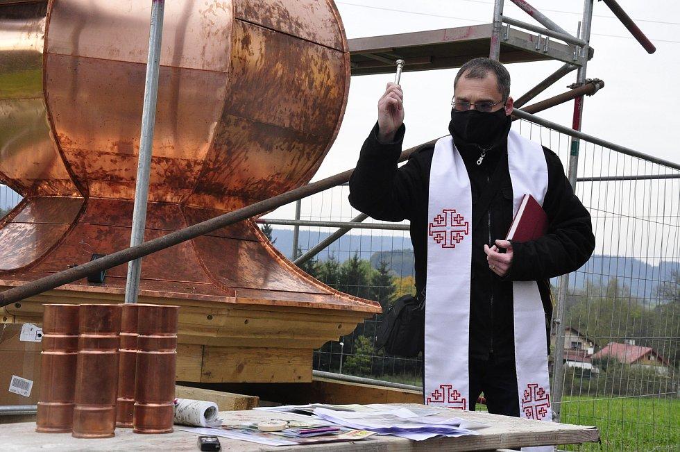 Sanktusník i kříž svěcenou vodou pokropil farář Martin Lanži.