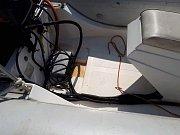 Dva lodní závěsné motory i palivovou nádrž na benzín s téměř třiceti litry benzínu měl odcizit pro policii neznámý pachatel v loděnici v autokempu u vodní nádrže Rozkoš.