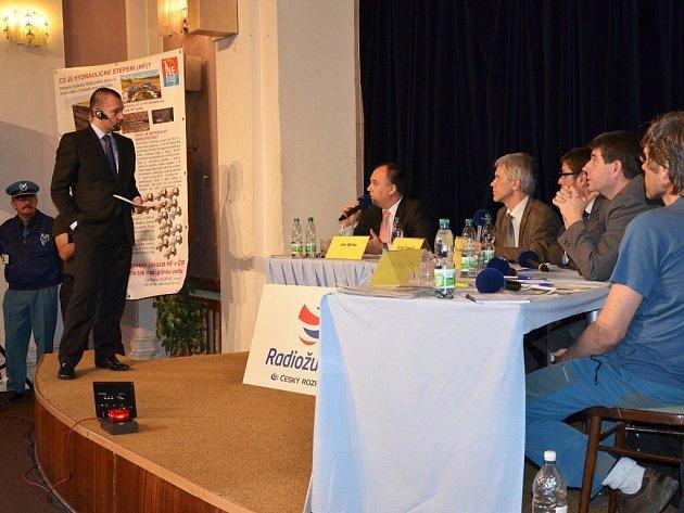 Diskuze s moderátorem Martinem Veselovským o případném průzkumu a těžbě břidlicových plynů.