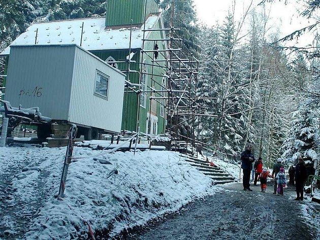 Zelená kaplička je nyní zazimována. Stavba má být dokončena letos.