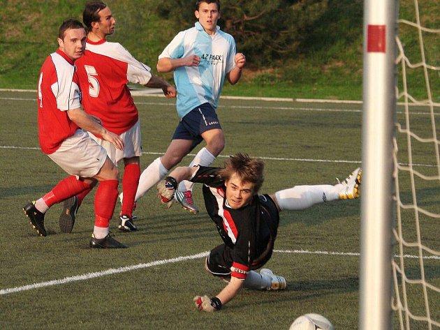 Novoměstský brankář Maur se marně snaží zabránit třetímu gólu z kopačky předměřického Strakatého.