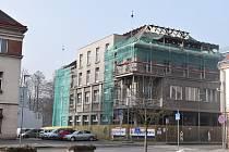Prvorepublikový dům, jehož přízemí zabírala restaurace a o vrchní patra se dělily kanceláře zaměstnanců městského úřadu s hotelovými pokoji nyní prochází zásadní rekonstrukcí.