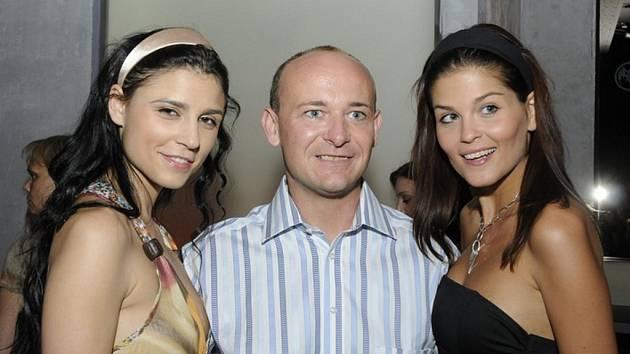 Hlavním organizátorem je David Novotný. Na snímku v doprovodu České vicemiss Elisavet Charampidu (vpravo) a Lilian Sarah Fischerové.
