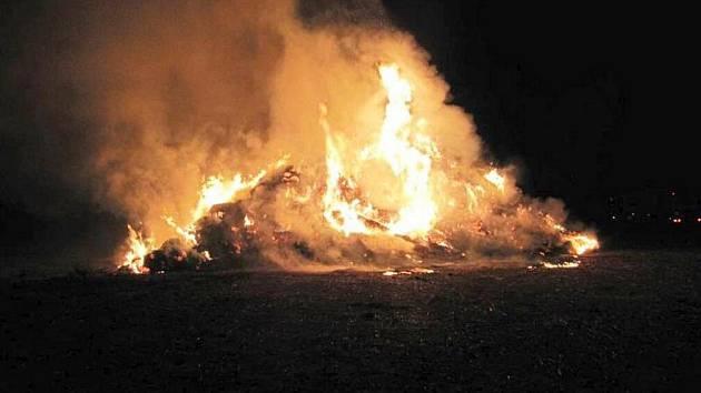 Požár stohu v Bohuslavicích nad Metují.