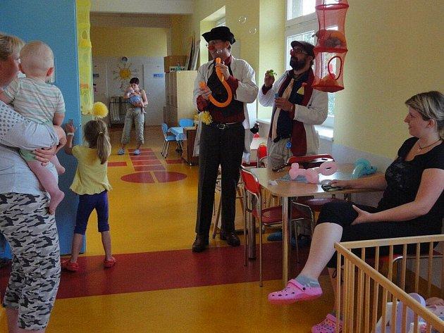 Zdravotní klauni v náchodské nemocnici.