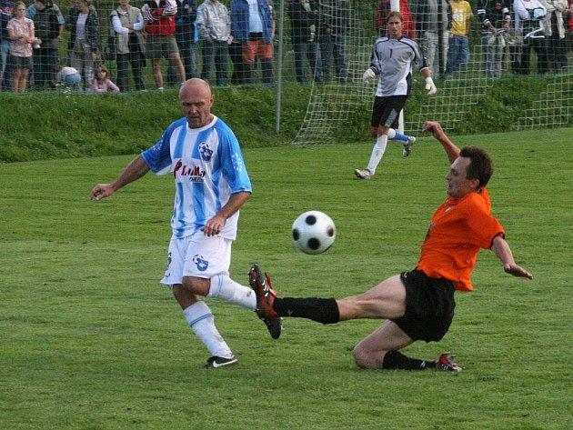 Hrající broumovský trenér Jaroslav Vejprava (v pruhovaném) dovedl své svěřence a zároveň spoluhráče ke konečnému pátému místu v uplynulém ročníku krajského přeboru mužů.