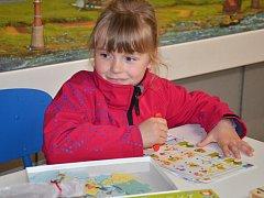 DEN HER si do polického muzea papírových modelů přišly v sobotu užít hlavně rodiny s dětmi. Nechyběli mezi nimi například Vajsarovi ze Žďáru nad Metují s šestiletou Adélkou.