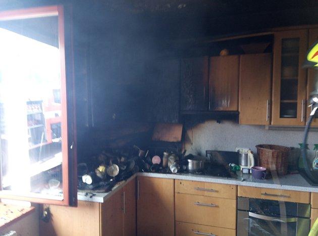 Zoken domu se kouřilo, hořela kuchyňská linka.