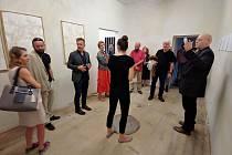 Čtrnáct dní strávil na rezidenci vdomě nad Galerií Luxfer v České Skalici nizozemský umělec Hans Overvliet, aby poté svá díla včetně těch, které si dovezl ze své domoviny, představil návštěvníkům své výstavy nazvané Distant Suffering.