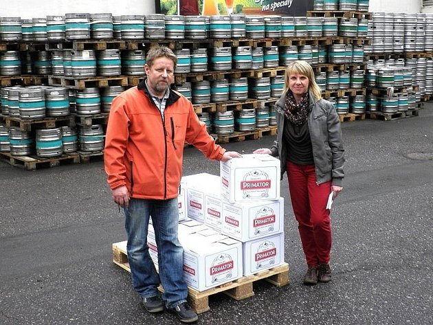PIVA PRO AMERIČANY převzal organizátor akce vítání amerického konvoje v Náchodě Josef Matyáš (na snímku vlevo) balení piva z náchodského Pivovaru Primátor, která jsou určena pro spojenecké vojáky v konvoji.