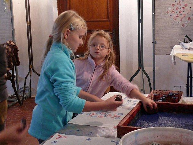 Děti v textilním muzeu.