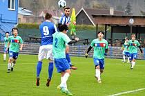 FOTBALISTÉ Náchoda (v modro-bílém) podlehli ve středu výběru mladých talentovaných hráčů z celého světa 1:2