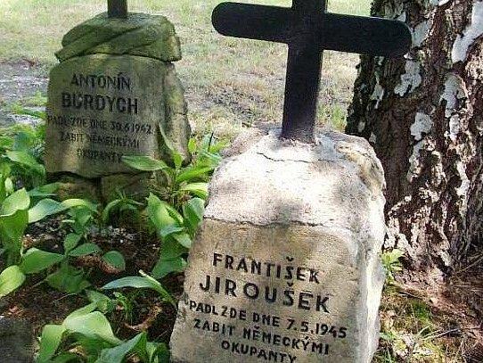 POMNÍČKY statečných obyvatel A. Burdycha a F. Jirouška, které Němci zabili 30. června a 7. května 1942.