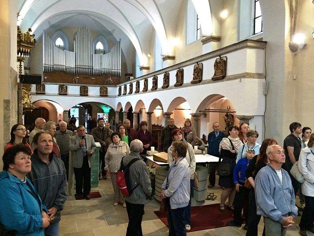 AŽ PO STŘECHU si mohli prohlédnout kostel svatého Vavřince lidé v Náchodě. Nechyběla prohlídka s výkladem, lidé spatřili varhany, prostory půdy, nahlédli do obou zvonic se starobylými zvony.