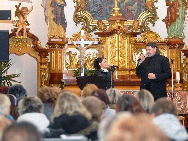 Adventní koncert, na kterém vystoupila známá muzikálová zpěvačka Magda Malá a Petr Dopita se konal v hronovském katolickém kostele a písně z muzikálů, s vánoční tématikou a koledy v jejich podání si přišlo poslechnout přes dvě stovky posluchačů.