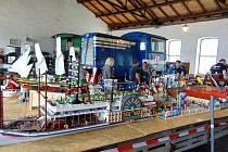 Vedle lokomotiv parkovaly plechové hračky i Merkur.