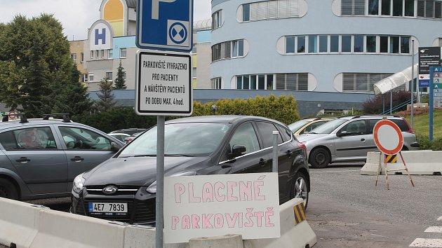 Placené parkoviště mírně slevilo ze svých požadavků. Pokud odjedete do čtvrt hodiny, tak neplatíte nic.