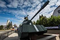 U lékárny v Novém Městě nad Metují vystaveny historické fotky Františka Prouzy a maketa sovětského tanku.