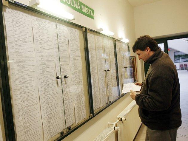 Nabídka volných míst řídne. Počty lidí bez práce stoupají. Na Náchodsku během ledna se počet lidí bez zaměstnání zvýšil o více než  osm stovek.