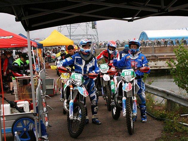 ČESKÝ juniorský tým na startu první etapy, po níž byl klasifikován na průběžném osmém místě.