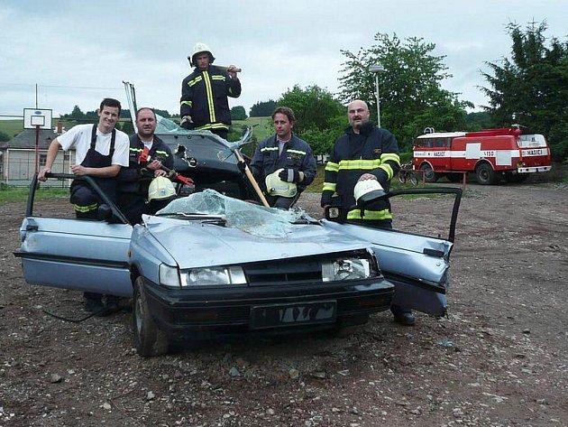 Dobrovolní hasiči si vyzkoušeli na Lipí práci s vyprošťovací technikou.
