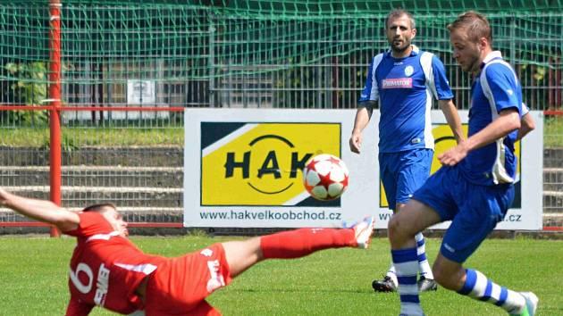 DIVIZNÍ fotbalisté Náchoda (v modrém) se s letošním ročníkem loučí domácím utkáním s Dobrovicemi.